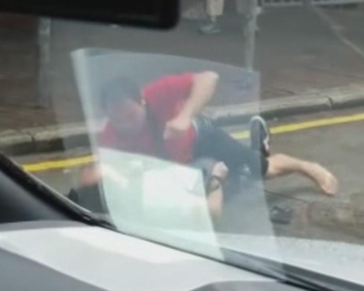 大叔連擊男子的頭部六下。facebook