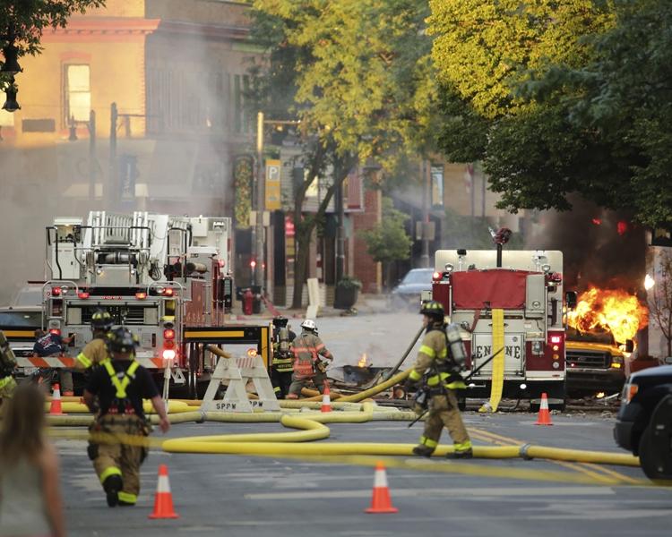 火焰噴上四層樓那麼高。AP