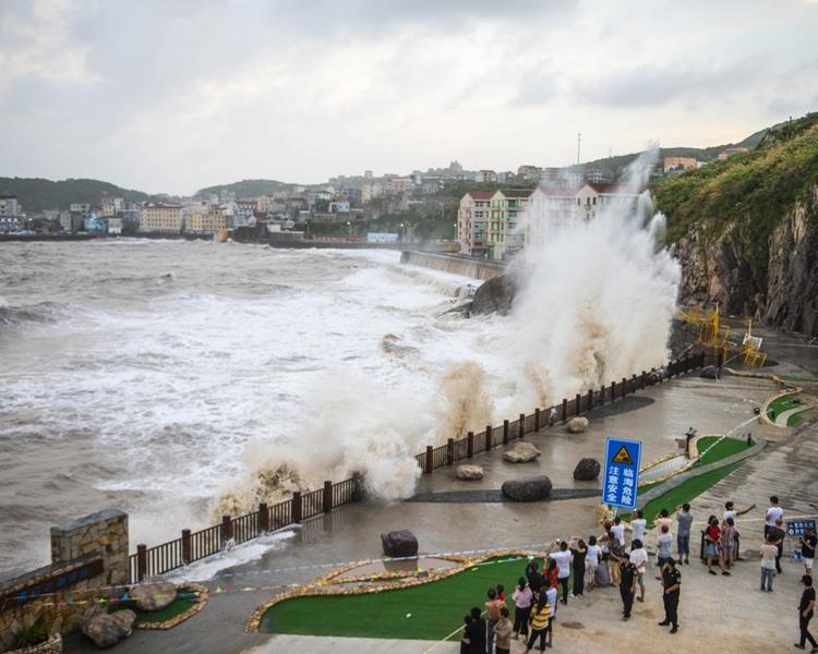 漁場海域出現7至10米巨浪。新華社