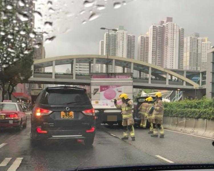 一輛貨車於龍翔道撞向一輛私家車。Ching Man Law圖片