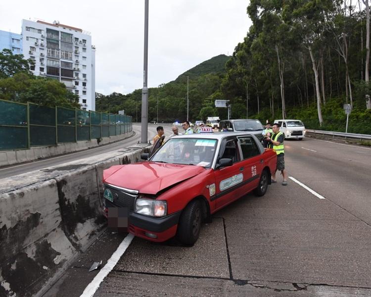 的士見行家撞車收慢行駛,貨車煞掣不及撞車尾。