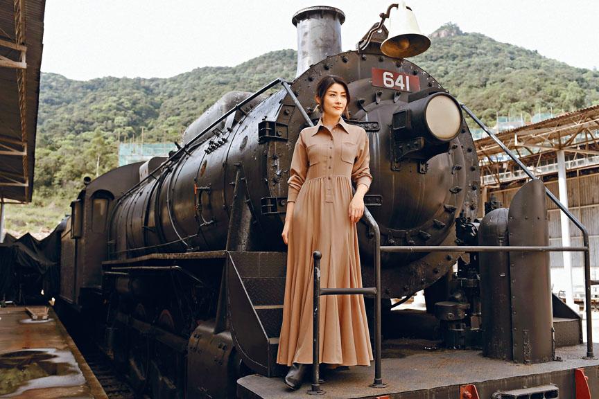 Kelly身穿駝色長裙充滿民國年代氣息,復古得來盡顯優雅。