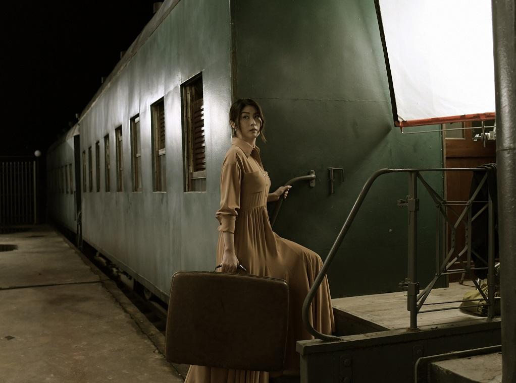 MV在一個布置成民國時期的火車站和火車內拍攝。