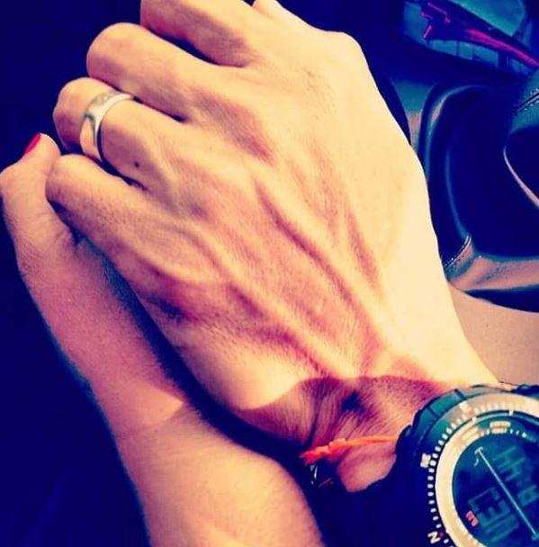 沙曼與瓦莉彭兩人手握手展示婚戒的照片。瓦莉彭Ig
