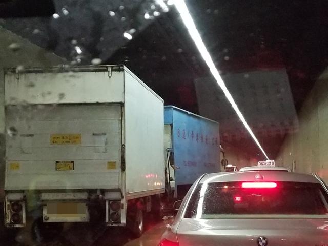 兩部貨車在隧道管道內相撞。 香港交通突發報料區FB圖