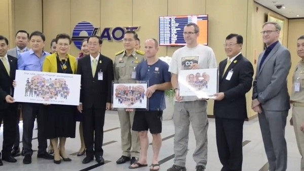 泰國官員致贈手繪的英國洞穴搜救專家畫像。(網圖)