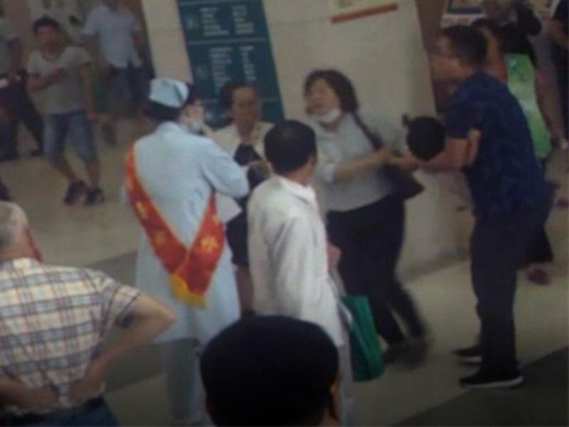 上海仁濟南院發生搶小孩事件純屬誤傳,只是家長因小朋友衣服太相似而認錯了。(網圖)