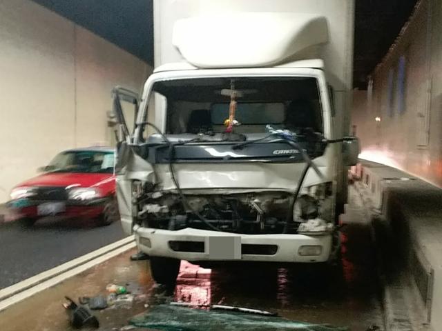 其中一輛貨車車頭嚴重損毀,擋風玻璃碎裂。 林思明攝
