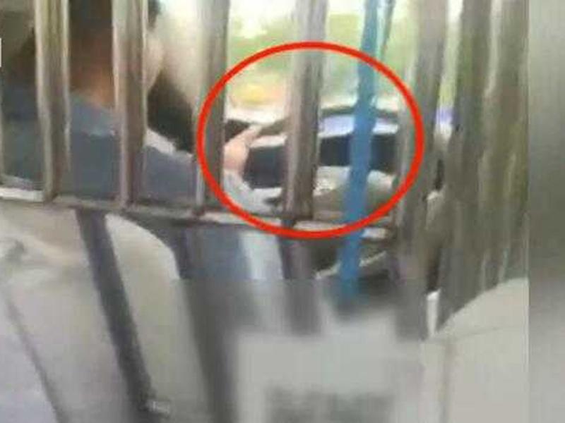徐州一名乘客發現的士司機行駛期間不停偷看手機播放的電視劇。(網圖)