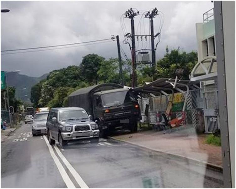 軍車剷上行人路並撞斜巴士站。fb小心駕駛群組圖片