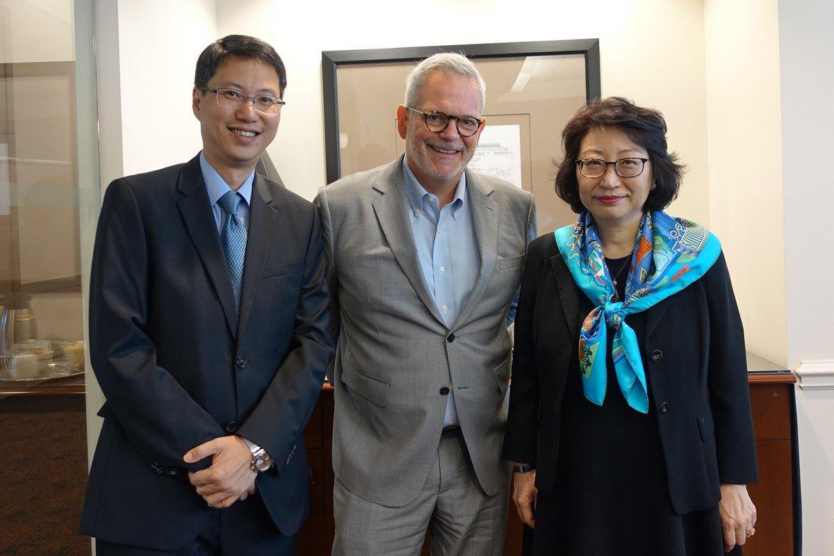 鄭若驊(右)與美國商會亞洲區高級副會長Charles Freeman(中)會面,介紹香港的爭議解決服務。