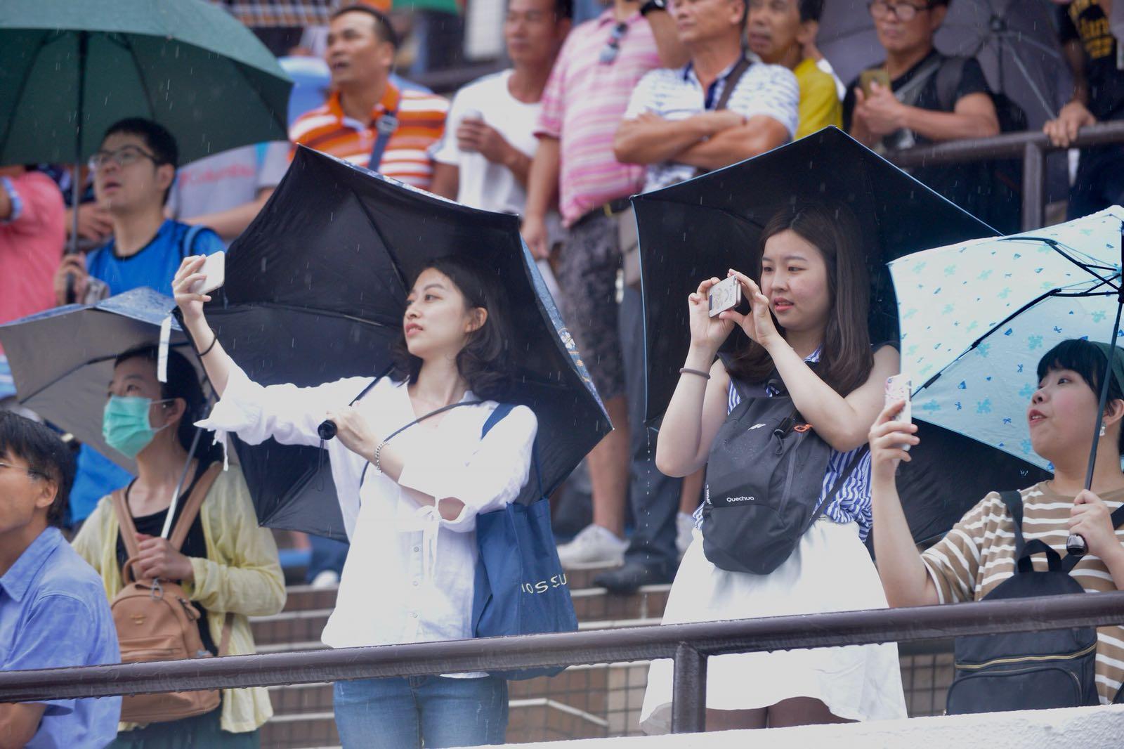 今日雖然大雨,但無損市民到馬場觀看賽事的興致。