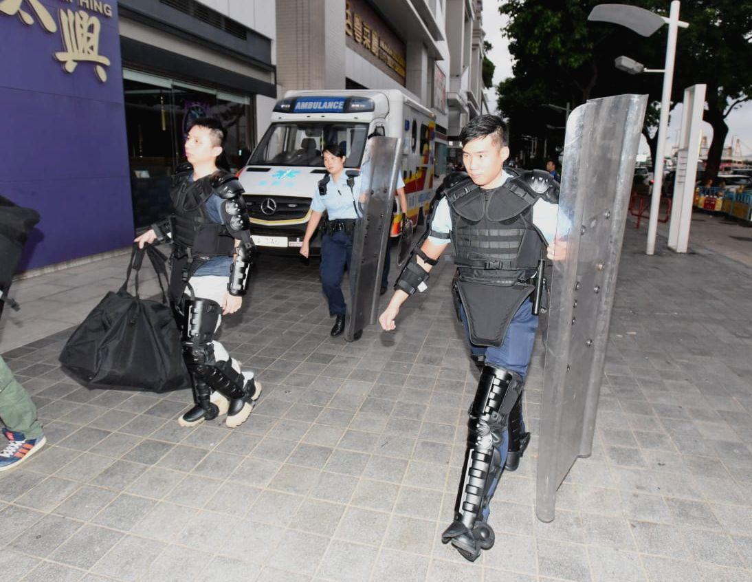 數名身穿鐵甲威龍警員到場。
