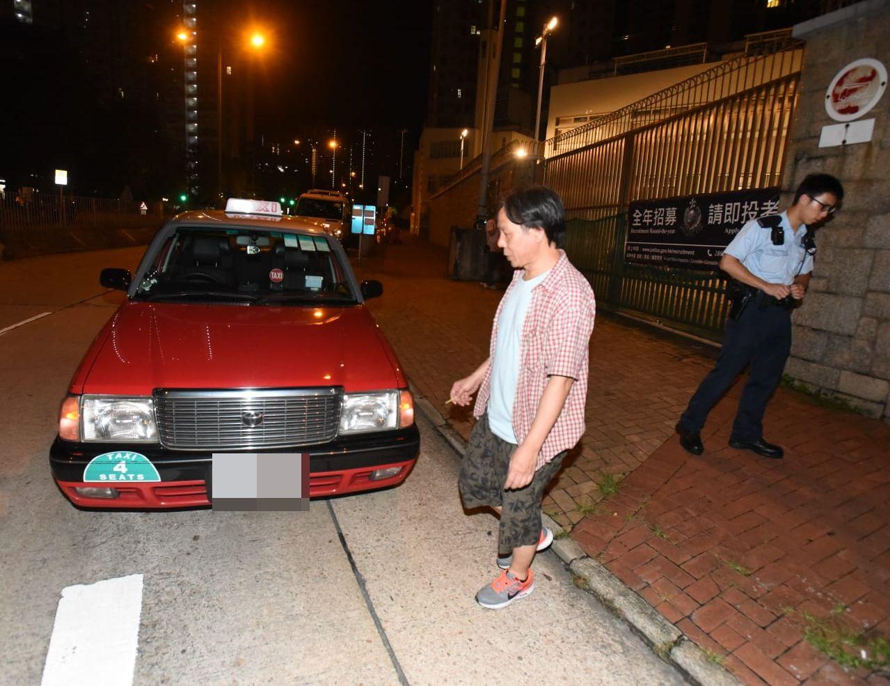 的士司機到警署求助。
