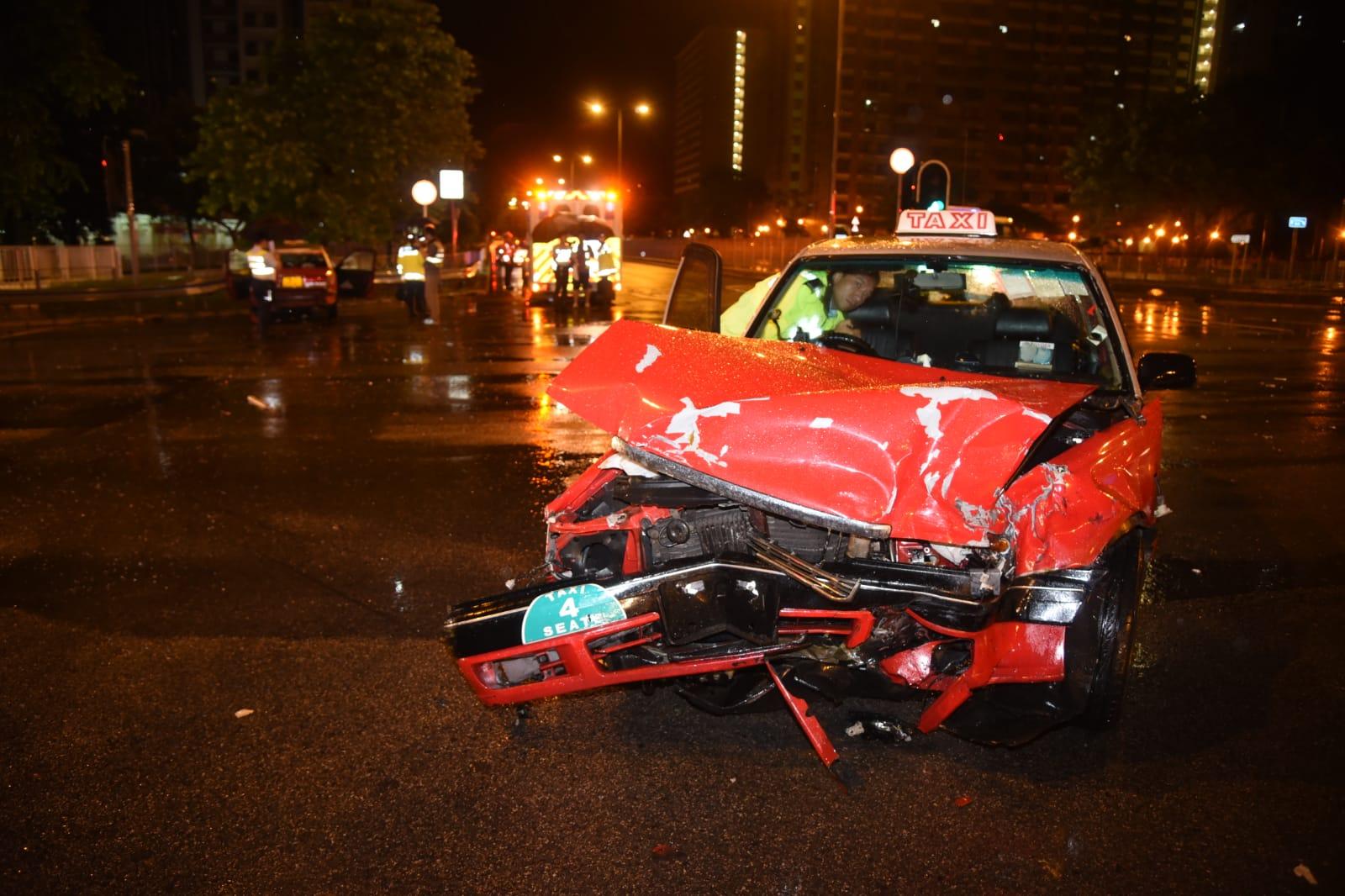 的士車頭嚴重損毀。