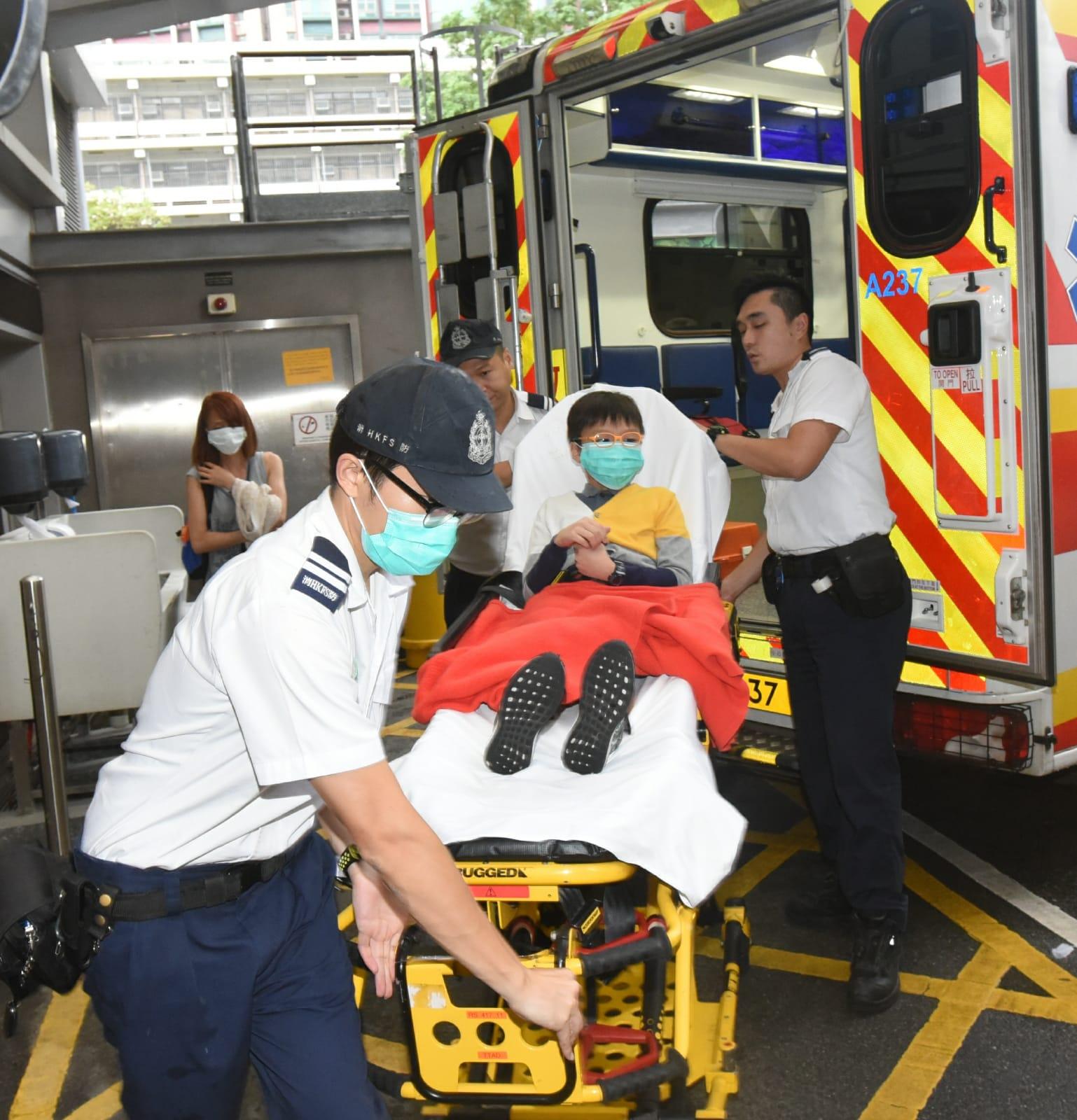 男童擦損右腳,由救護員送院治理。徐裕民攝