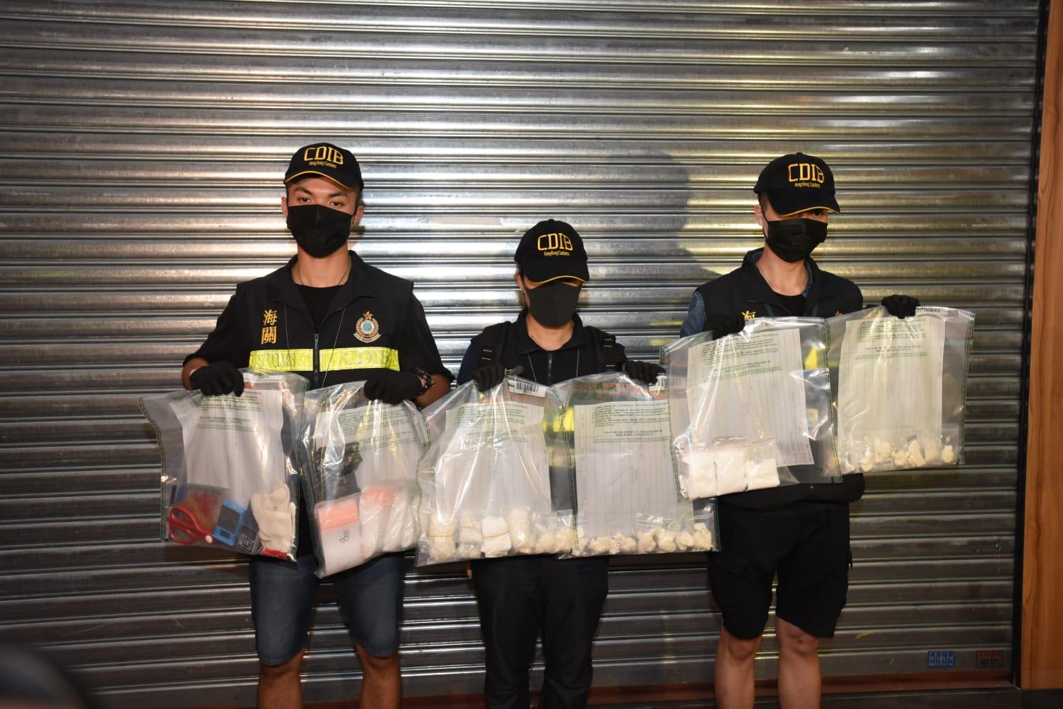 關員展示檢獲的可卡因毒品。