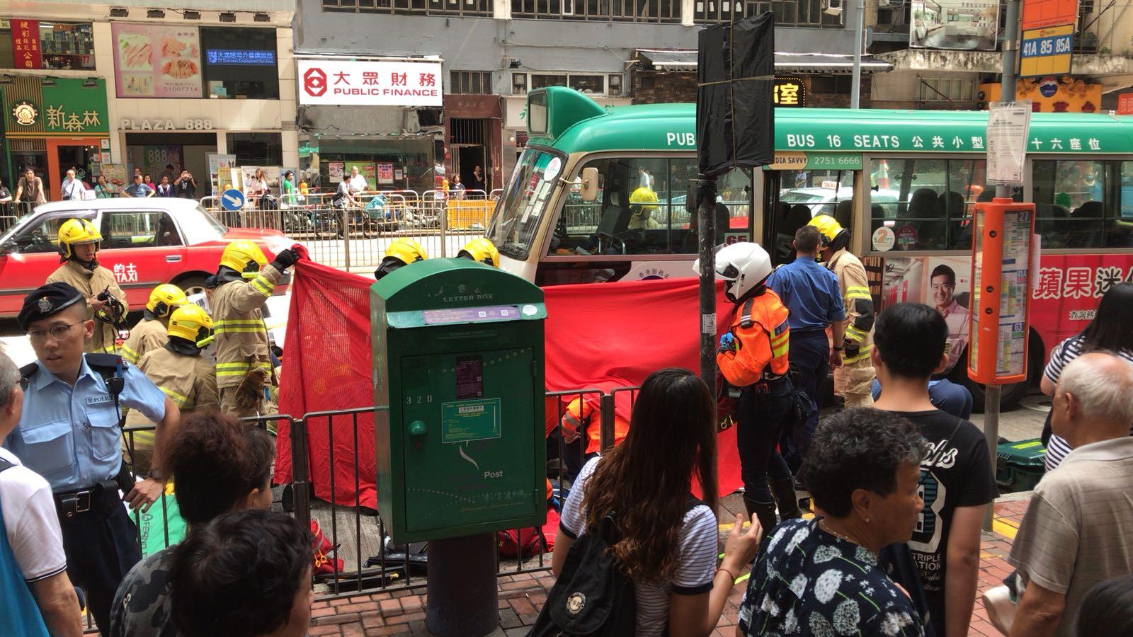 消防員圍起紅布遮掩。 讀者提供圖片