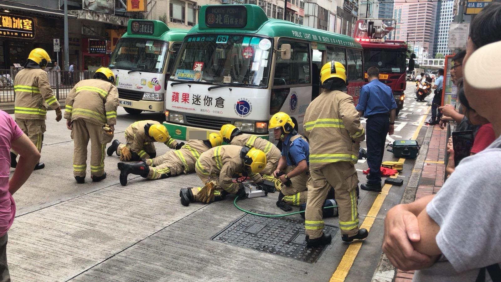 消防員到場救出少女。讀者提供圖片