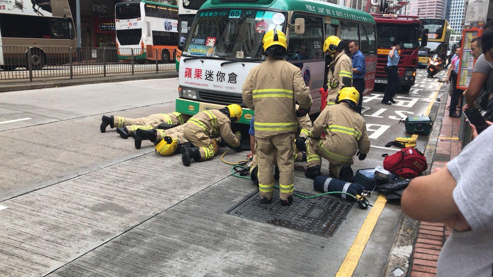 消防員到場拯救少女。讀者提供圖片