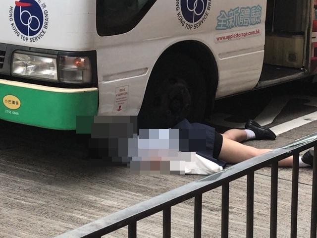少女被小巴壓着。 讀者提供圖片