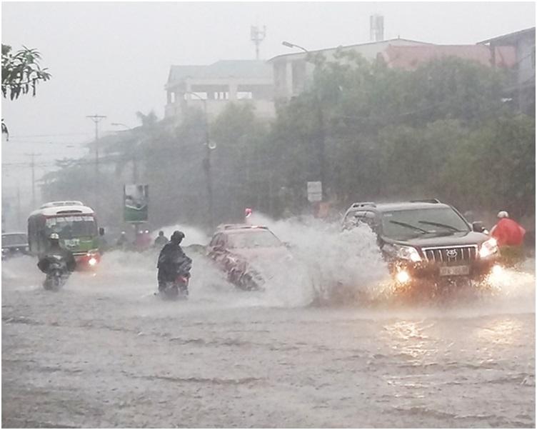 暴雨和洪水在越南中部和北部造成嚴重災情。