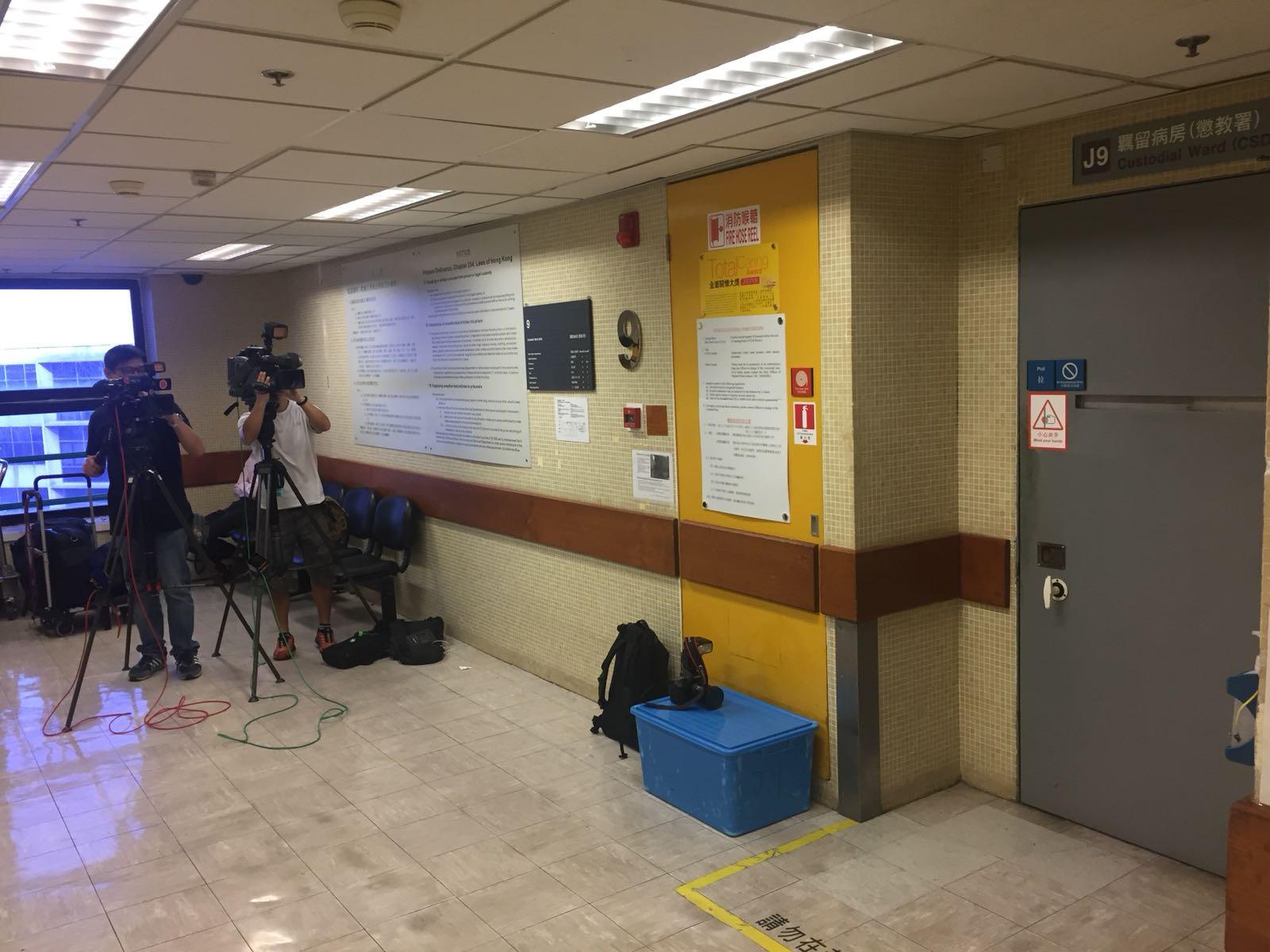 傳媒在羈留病房外守候。