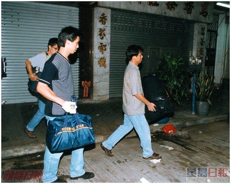 重案組探員在侯王道風水師的單位檢走兩大袋證物。資料圖片