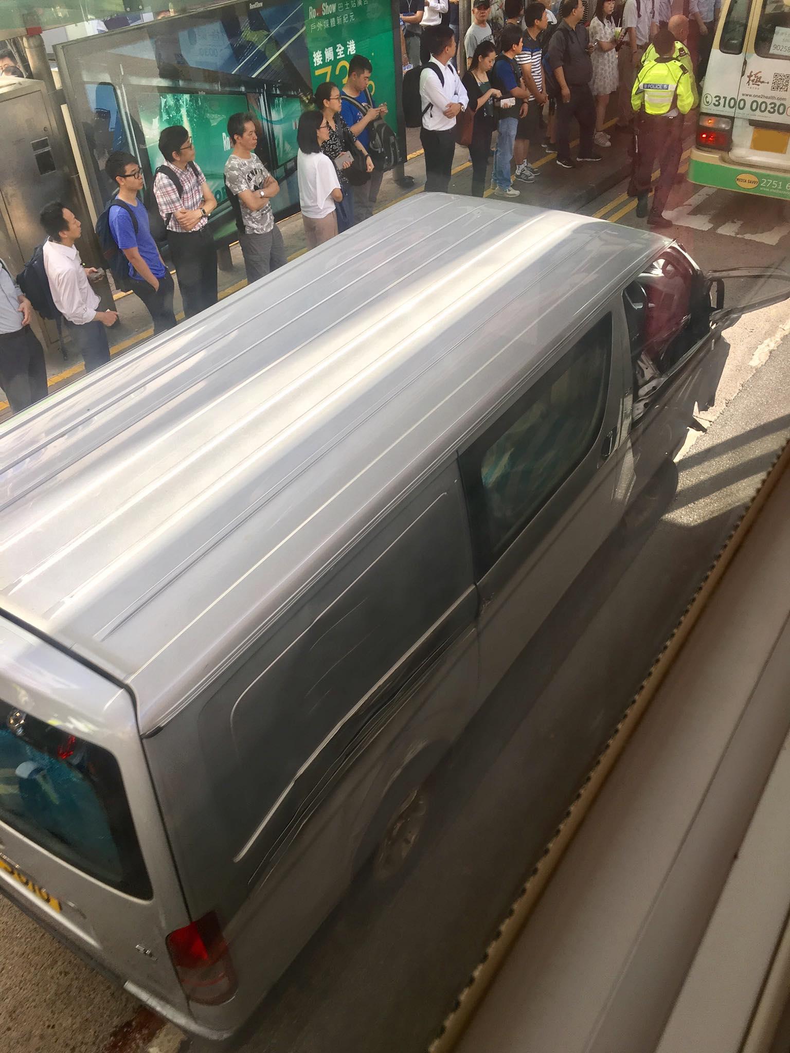 涉事的客貨車車頭損毀。香港交通突發報料區FB/網民ToNy Wong圖
