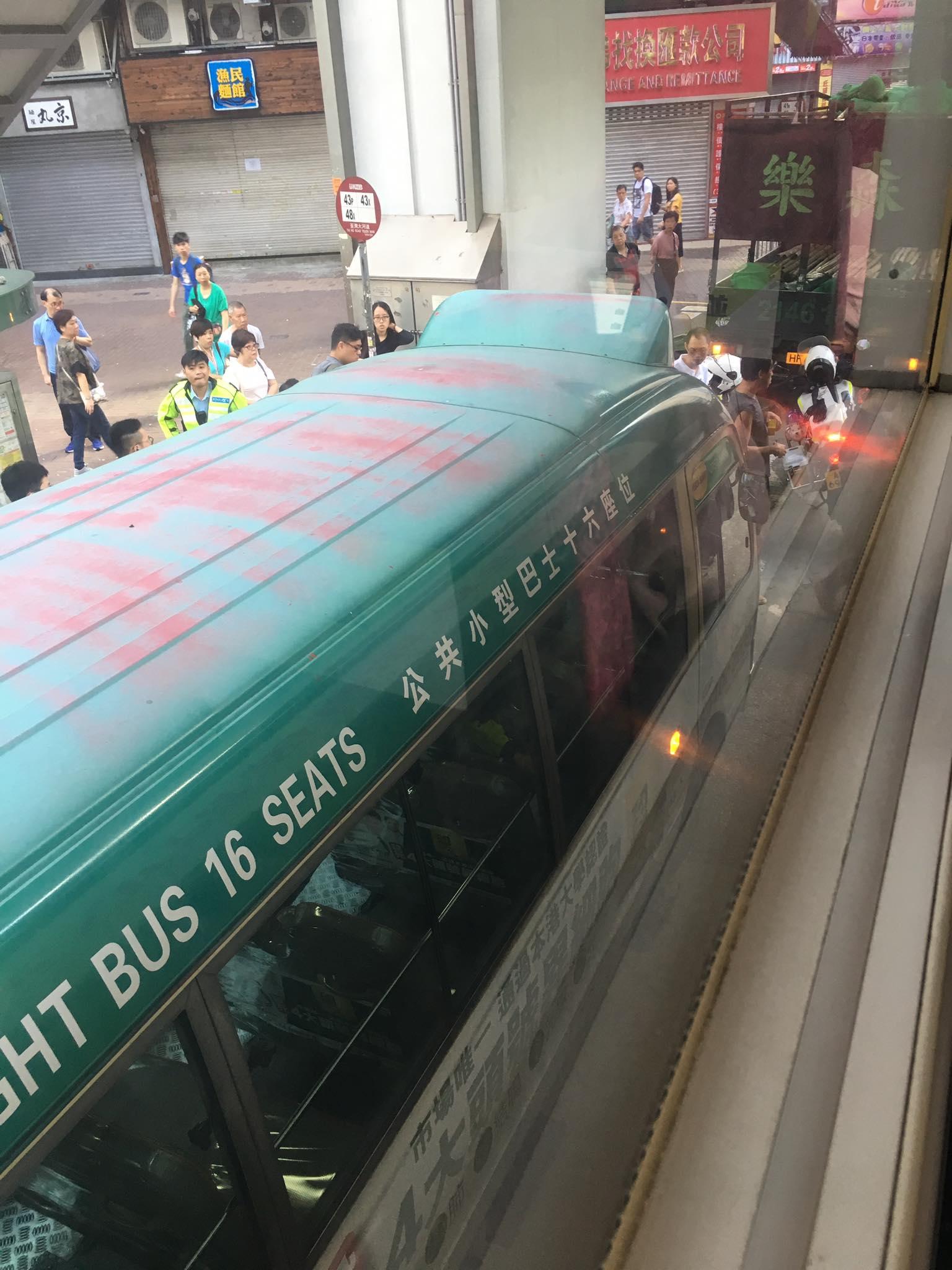 涉事的專線小巴。 香港交通突發報料區FB/網民ToNy Wong圖