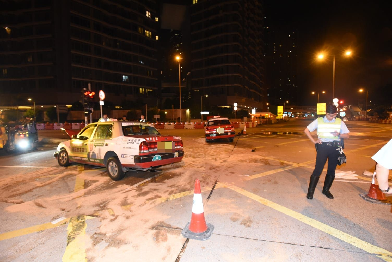 兩輛的士車頭損毀嚴重。