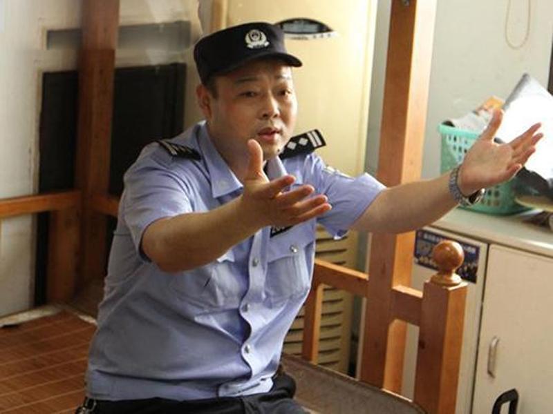 警員劉運和表示,當時想也不想就衝前張手接人。(網圖)