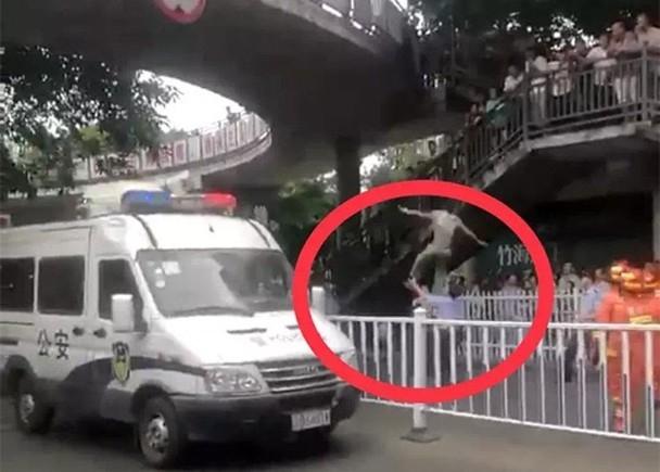 劉運和伸手接住跳橋男子的一刻(紅圈)。(網圖)