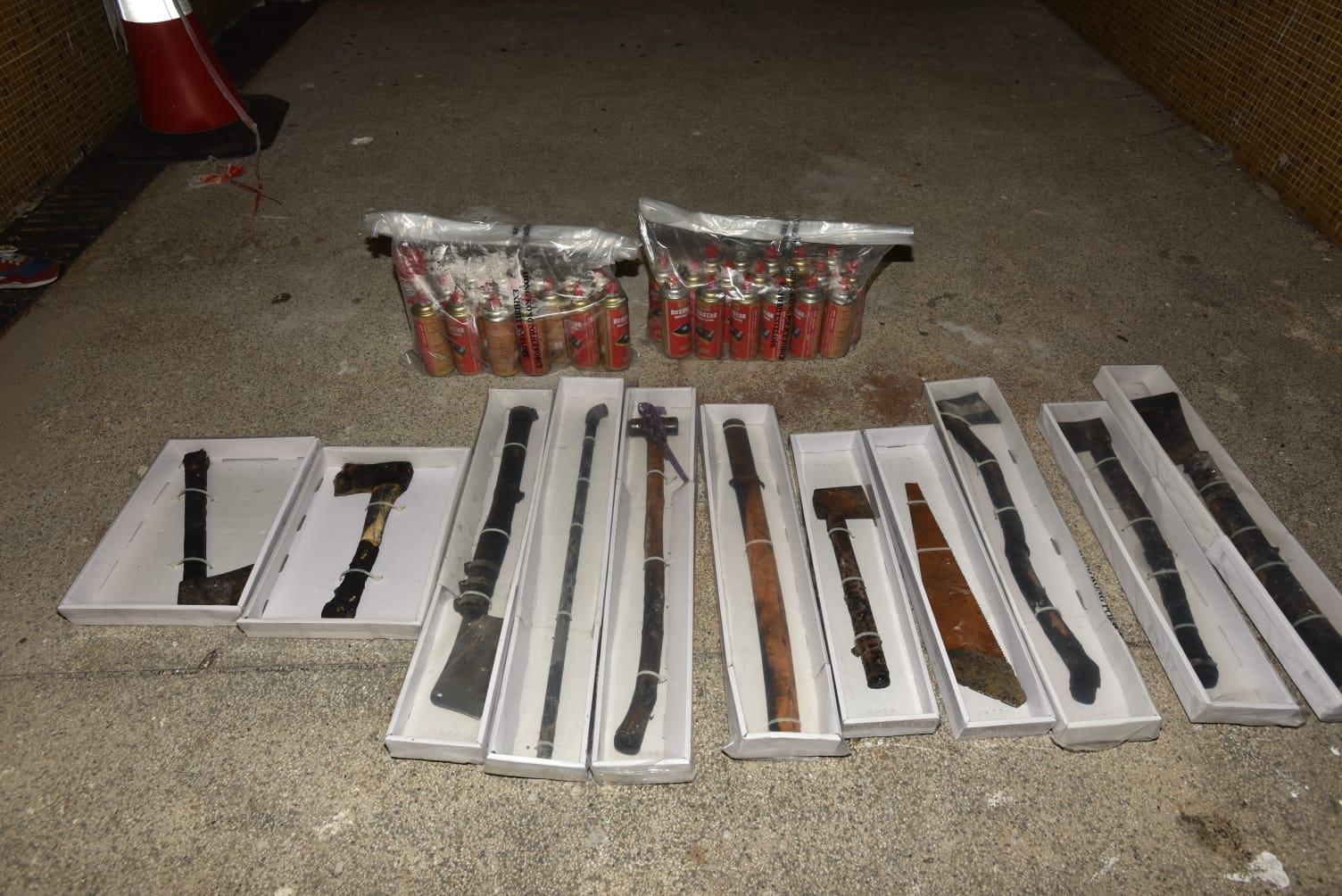警方搜出大批武器及石油氣罐。