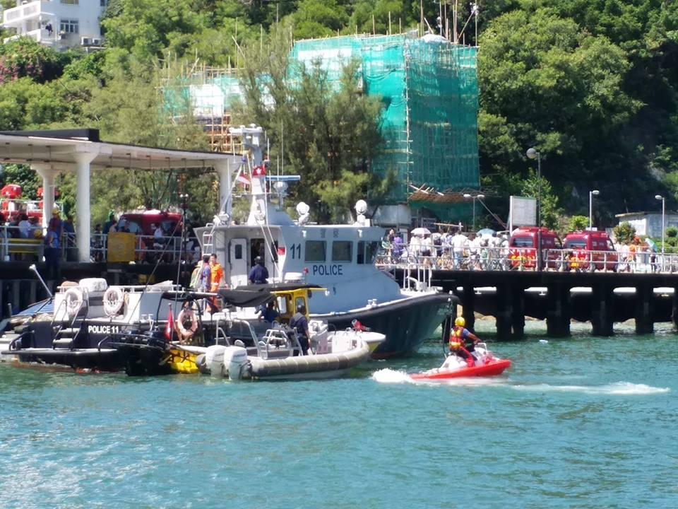 救援人員將傷者送上岸。群組Lamma Island Residents and Ex-Residents圖片