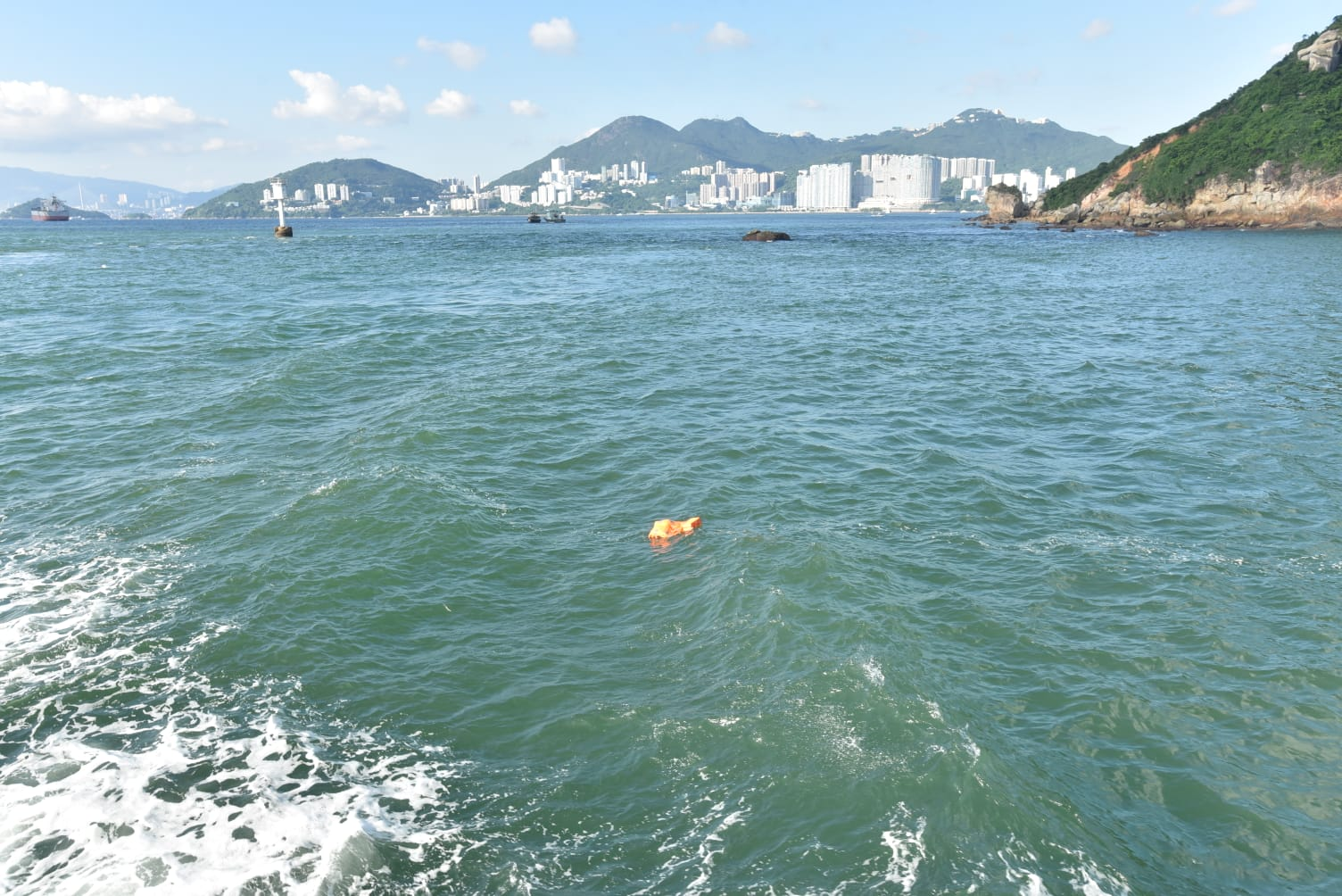 海面有救生衣漂浮