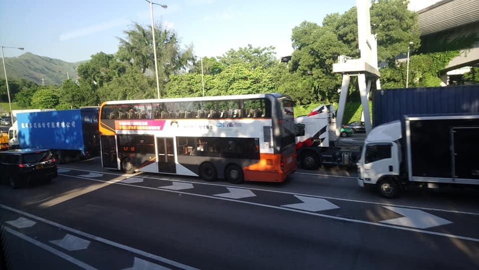 新田公路往上水方向交通擠塞。香港公共交通智庫圖片