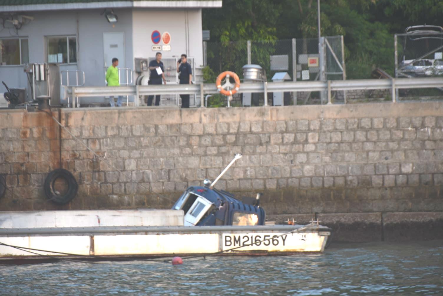 另一隻涉事垃圾船拖回榕樹澳近南丫島警崗碼頭