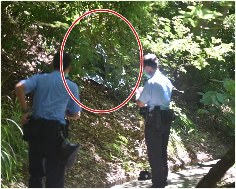 警方到場調查。紅圈為屍體發現位置。楊偉亨攝
