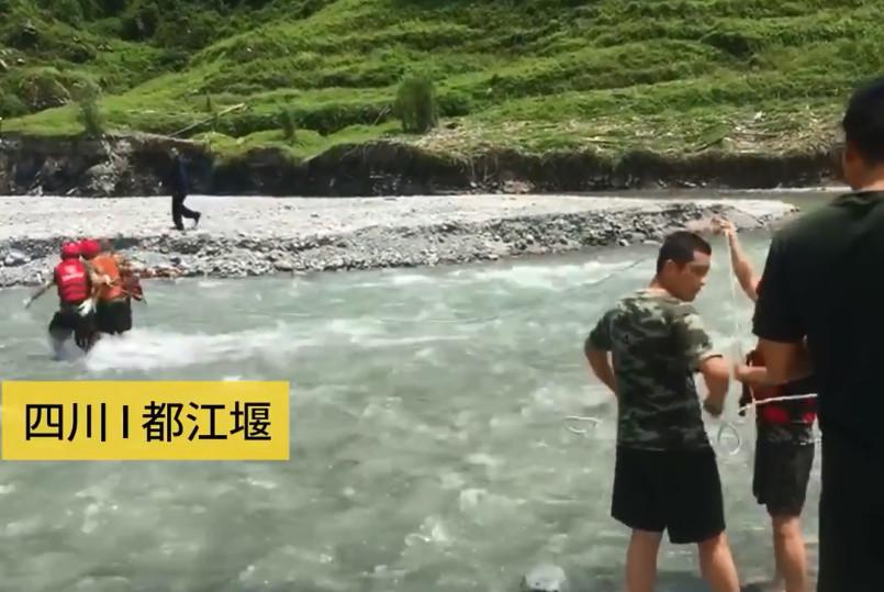 消防員以繩索用了大約10分鐘將男子拉回上岸。