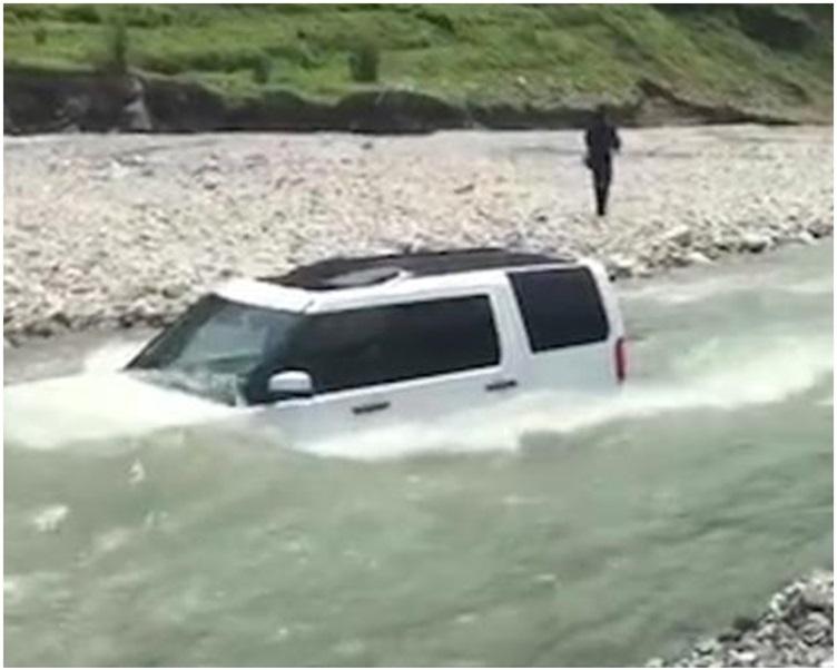 價值百萬的名牌越野車被洪水沒頂。