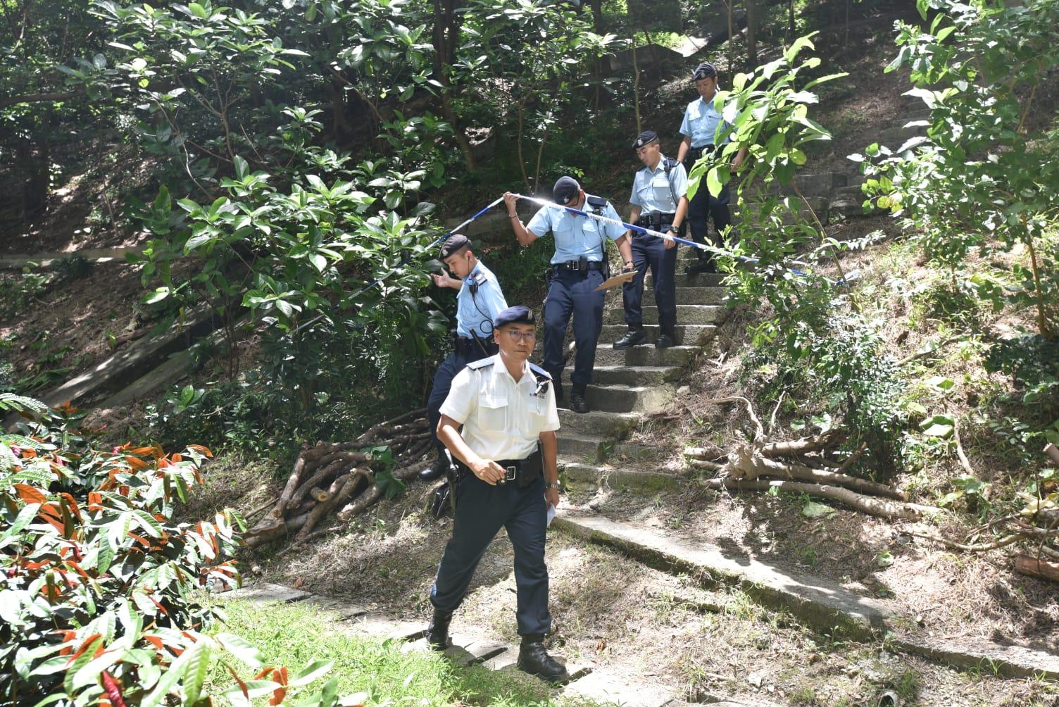 一批機動部隊警員下午到場協助搜索證物。楊偉亨攝