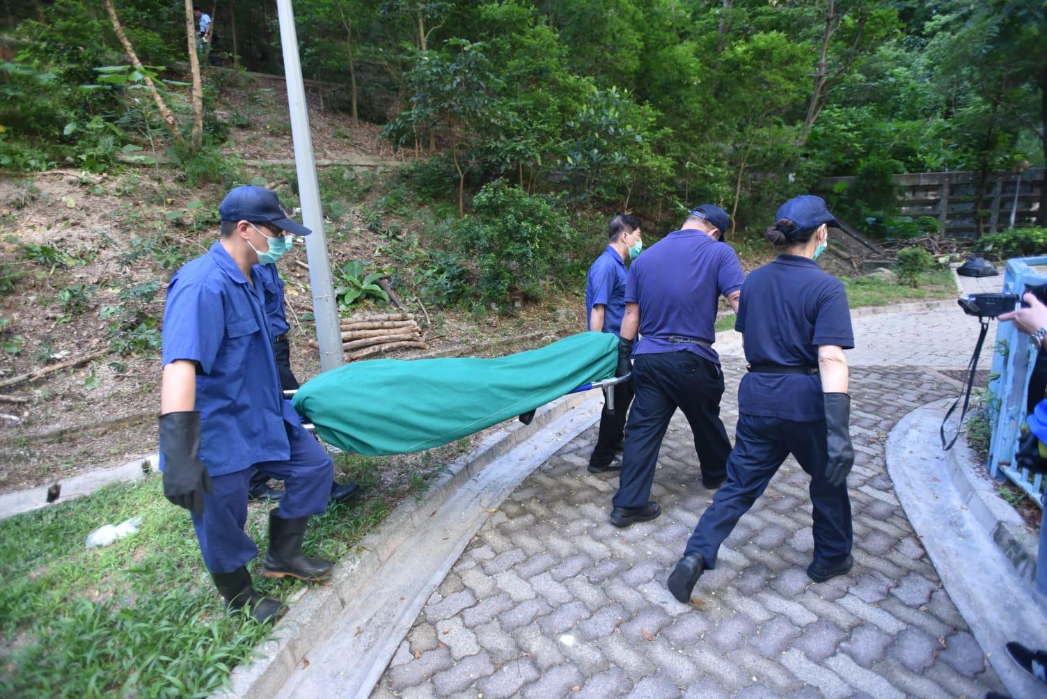仵工下午移送屍體到殮房。楊偉亨攝