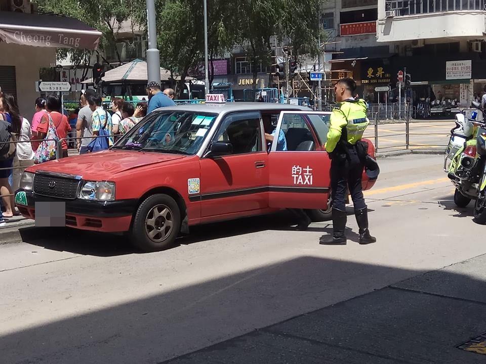 的士沿長沙灣道駛至南昌街附近時,撞到一名過路女子。網民陳文偉/ 香港突發事故報料區fb群組
