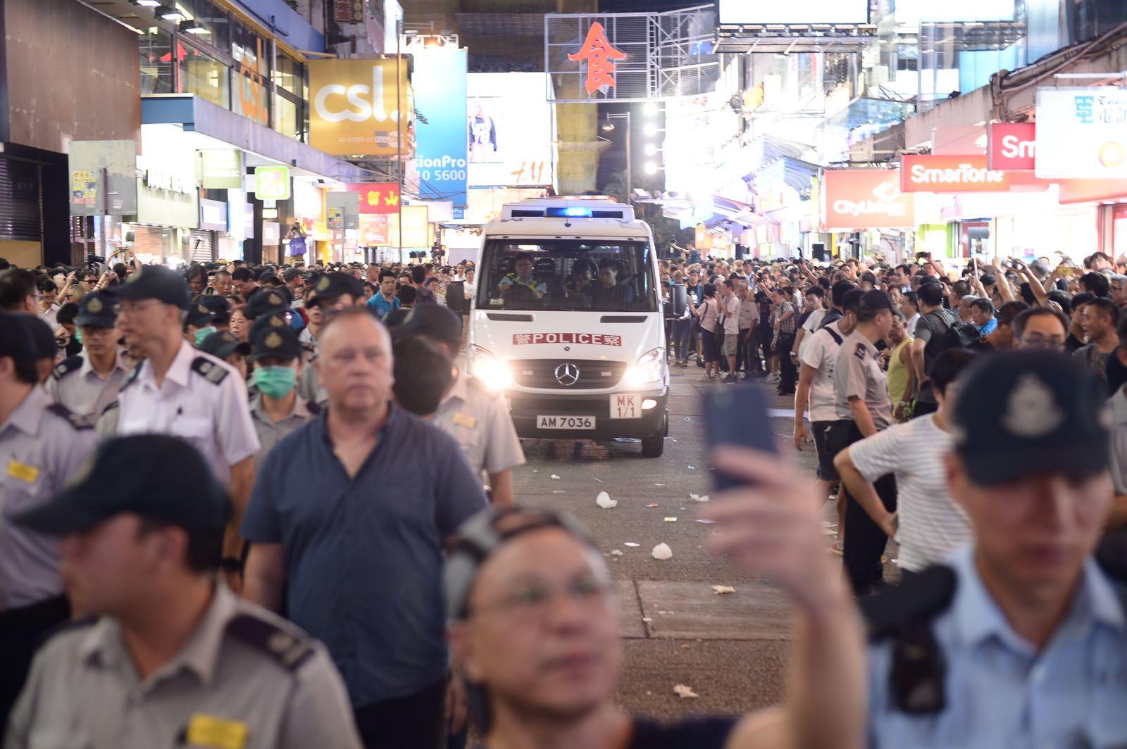 警車駛入菜街,代表擁18年歷史的旺角行人專用區正式曲終人散。蘇正謙攝
