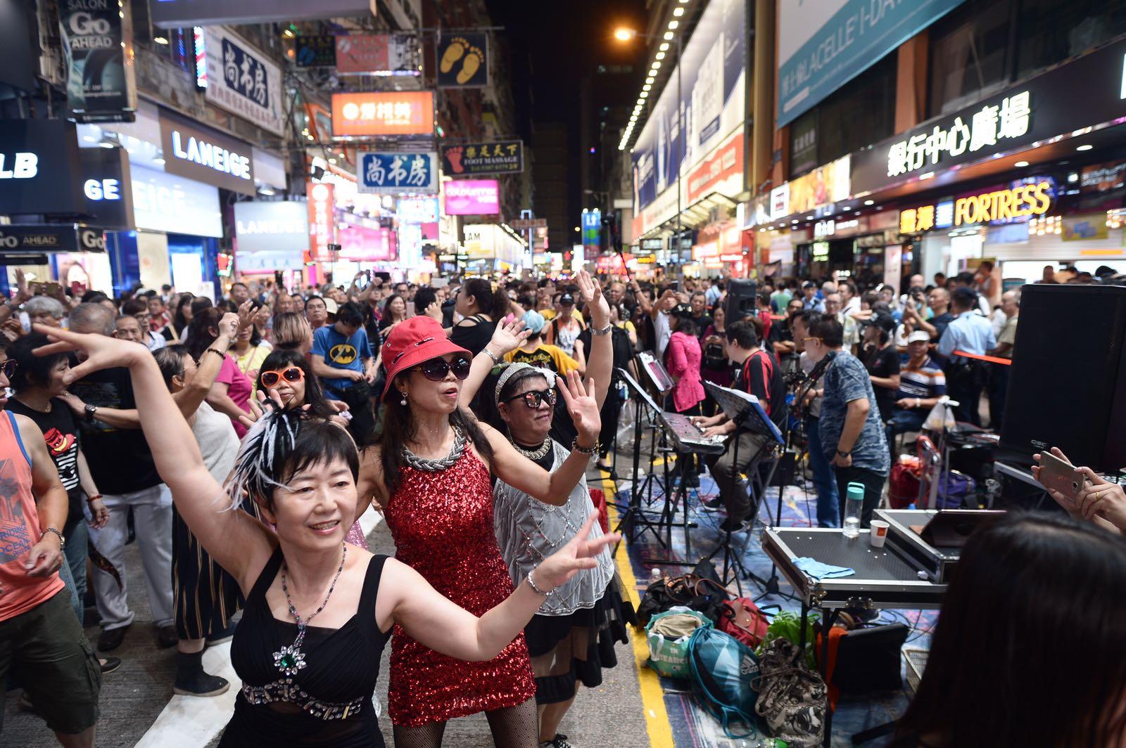 不少表演者爭取最後一天再上街頭表演。蘇正謙攝