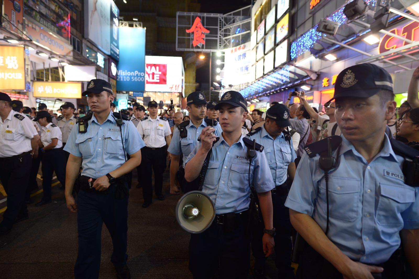 閱上10時,大批警員進場,呼籲市民走上行人路。蘇正謙攝