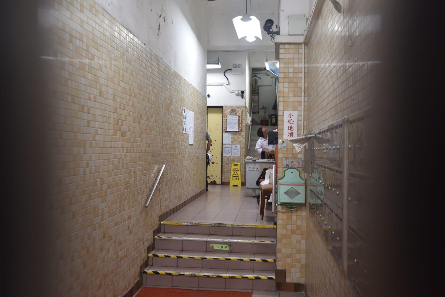 銅鑼灣美蘭閣一部升降機開門期間突然爬升,七旬婦跌傷送院。