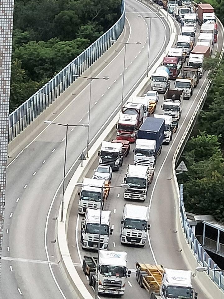 皇珠路交通擠塞。網民May Chan圖片