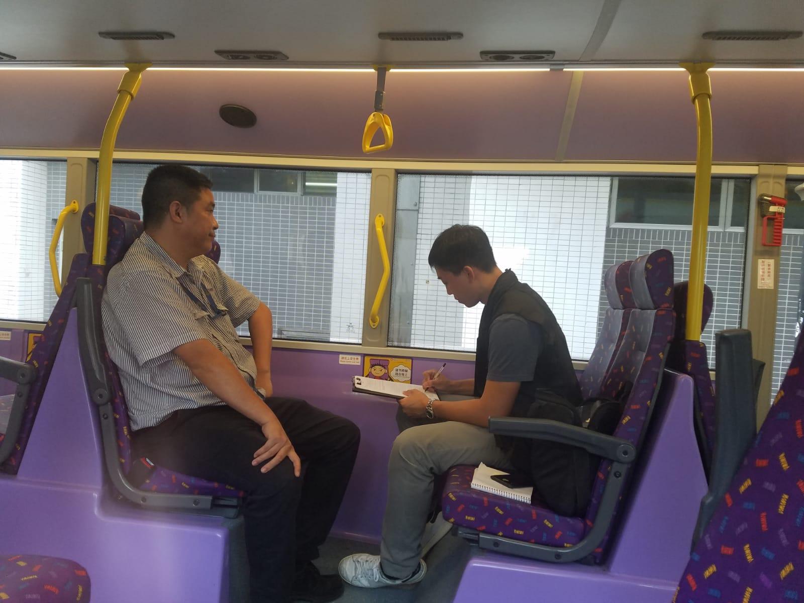 有乘客在城巴20號線下層座位發現一個約9厘米長的扣針,通知車長報警。林思明攝